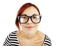 Retrato de un adolescente de la muchacha en vidrios negros grandes Foto de archivo libre de regalías