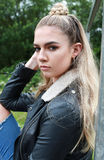 Retrato de un adolescente de mirada duro con su nariz perforada Imagen de archivo