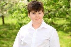 Retrato de un adolescente del muchacho en jardín Imagenes de archivo