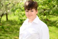 Retrato de un adolescente del muchacho en jardín Imagen de archivo libre de regalías