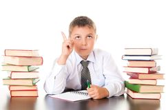 Retrato de un adolescente del muchacho en la escuela en biblioteca cerca de la pila de libros Inventada, vino la inspiración Cole fotografía de archivo libre de regalías