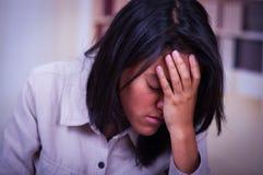 Retrato de un adolescente deprimido que se sienta llevando a cabo la cabeza mujer joven triste disponible, subrayada que tiene pr Fotos de archivo