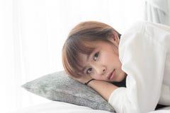 Retrato de un adolescente en la cama con la ventana Foto de archivo