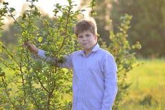 Retrato de un adolescente en la naturaleza en el verano Fotografía de archivo libre de regalías