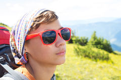 Retrato de un adolescente en las gafas de sol rojas que reflejan el soporte Imagenes de archivo