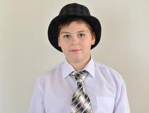 retrato de un adolescente en sombrero y lazo Fotografía de archivo libre de regalías