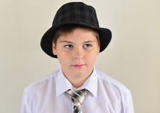 retrato de un adolescente en sombrero y lazo Fotos de archivo libres de regalías