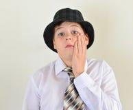 retrato de un adolescente en sombrero y lazo Fotografía de archivo