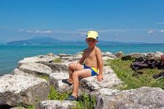 Retrato de un adolescente en troncos de natación en la playa imagen de archivo