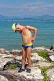 Retrato de un adolescente en troncos de natación en la playa foto de archivo libre de regalías