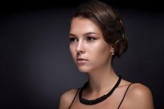 Retrato de un adolescente en un fondo oscuro Foto de archivo