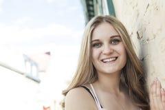 Retrato de un adolescente en un fondo urbano Fotografía de archivo