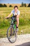 Retrato de un adolescente en una bicicleta Fotografía de archivo