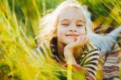 Retrato de un adolescente en una camiseta rayada entre la alta hierba verde Fotografía de archivo libre de regalías