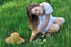 Retrato de un adolescente entre la hierba verde Fotos de archivo libres de regalías