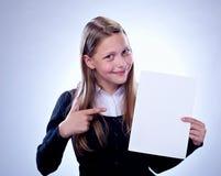 Retrato de un adolescente feliz con un tablero en blanco Foto de archivo