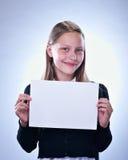 Retrato de un adolescente feliz con un tablero en blanco Imagen de archivo libre de regalías