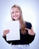 Retrato de un adolescente feliz con un tablero en blanco Foto de archivo libre de regalías