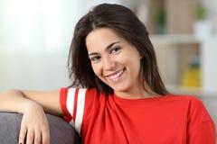 Retrato de un adolescente feliz en rojo en casa Fotografía de archivo