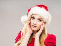 Retrato de un adolescente feliz en un sombrero de la Navidad Foto de archivo