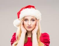 Retrato de un adolescente feliz en un sombrero de la Navidad Imagen de archivo libre de regalías
