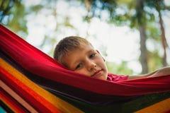 Retrato de un adolescente feliz en una hamaca Imágenes de archivo libres de regalías