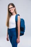 Retrato de un adolescente femenino alegre con la mochila Fotografía de archivo libre de regalías