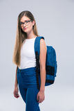 Retrato de un adolescente femenino lindo con la mochila Imagen de archivo