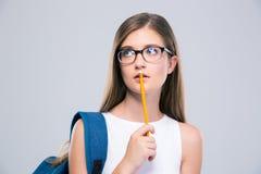 Retrato de un adolescente femenino pensativo que sostiene el lápiz Fotografía de archivo