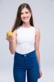 Retrato de un adolescente femenino sonriente que sostiene la manzana Imagen de archivo libre de regalías