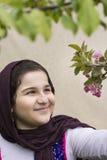 Retrato de un adolescente hermoso al aire libre en un jardín Foto de archivo libre de regalías