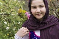 Retrato de un adolescente hermoso al aire libre en un jardín Imagen de archivo libre de regalías