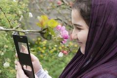 Retrato de un adolescente hermoso al aire libre en un jardín Enjoyin Imagen de archivo libre de regalías