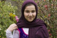 Retrato de un adolescente hermoso al aire libre en una visión del jardín Imagenes de archivo