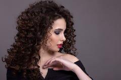 Retrato de un adolescente hermoso con un maquillaje brillante en a Fotografía de archivo