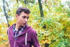 Retrato de un adolescente hermoso en un bosque del otoño Imágenes de archivo libres de regalías