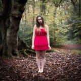 Retrato de un adolescente hermoso en el vestido corto que se coloca adentro Imagenes de archivo