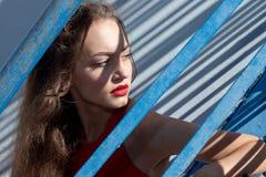 Retrato de un adolescente hermoso en un estilo de la juventud Foto de archivo libre de regalías