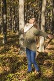 Retrato de un adolescente hermoso feliz que disfruta de la estación Imagenes de archivo