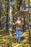 Retrato de un adolescente hermoso feliz que sostiene un paraguas Fotografía de archivo