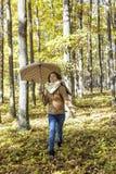 Retrato de un adolescente hermoso feliz que sostiene un paraguas Fotos de archivo libres de regalías