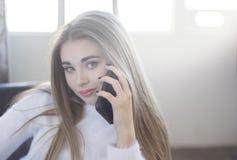 Retrato de un adolescente hermoso que habla en su teléfono Fotos de archivo libres de regalías