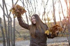 Retrato de un adolescente hermoso que se divierte adentro Fotos de archivo