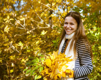 Retrato de un adolescente hermoso que se divierte en parque del otoño Fotografía de archivo