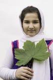Retrato de un adolescente hermoso que sostiene una sola hoja Fotografía de archivo libre de regalías
