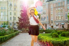 Retrato de un adolescente de la colegiala que corre a lo largo del camino Imagenes de archivo