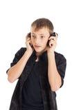 Retrato de un adolescente lindo con los auriculares Imagenes de archivo