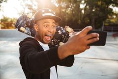 Retrato de un adolescente masculino africano divertido emocionado Fotos de archivo