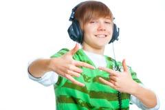 Retrato de un adolescente masculino que escucha la música Fotografía de archivo libre de regalías