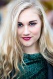 Retrato de un adolescente observado azul rubio hermoso en verde a Fotos de archivo